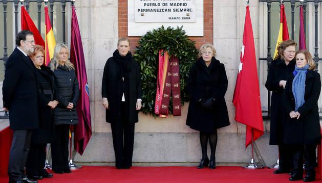 Rajoy ,Cifuentes y Carmena junto a las asociaciones de víctimas del terrorismo en el homenaje.