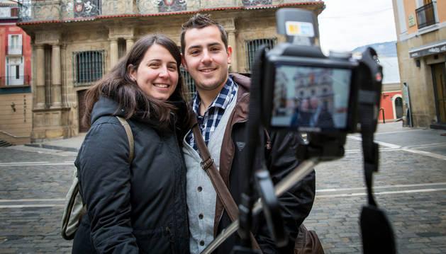 Unos turistas se hacen un 'selfie' frente al Ayuntamiento.