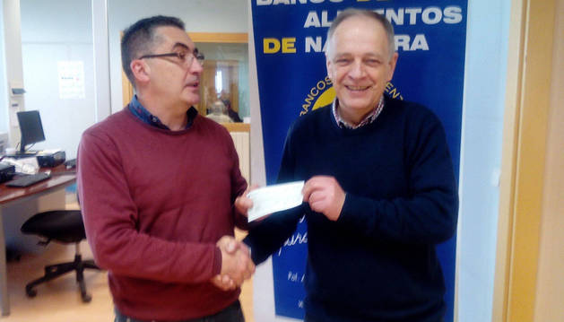 Ángel María Loperena entrega el donativo a Gregorio Yoldi.