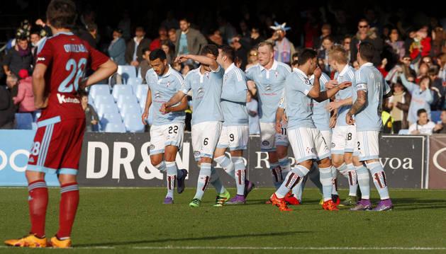 Aspas celebra el gol con sus compañeros.