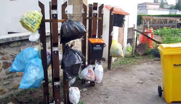 Los postes del 'puerta a puerta' en Olazagutia.