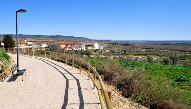 Paseo rehabilitado que lleva del pueblo a las ruinas de Cara.