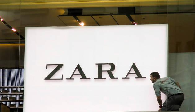 Un trabajador alineando el logo de Zara.
