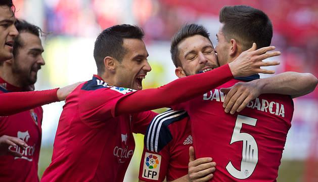 Merino, De las Cuevas, Flaño y David García abrazan a Torres tras anotar el penalti.