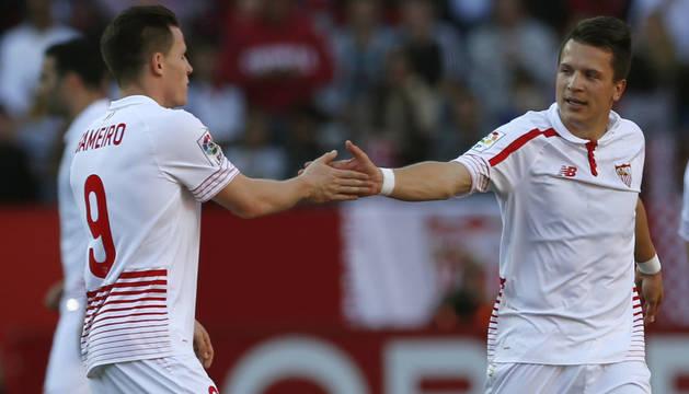 Gameiro y Konoplyanka celebran un gol.
