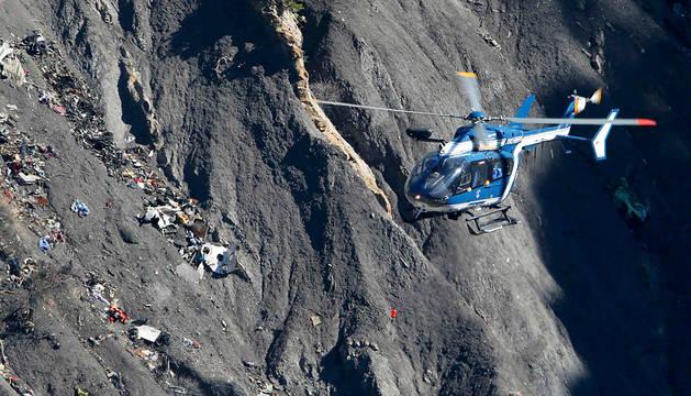 Un avión de la gendarmería francesa, en el lugar del accidente de Germanwings.