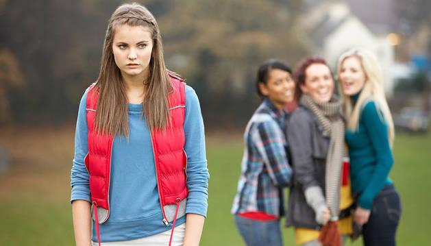 Varias adolescentes simulan 'hacer el vacío ' a una chica.