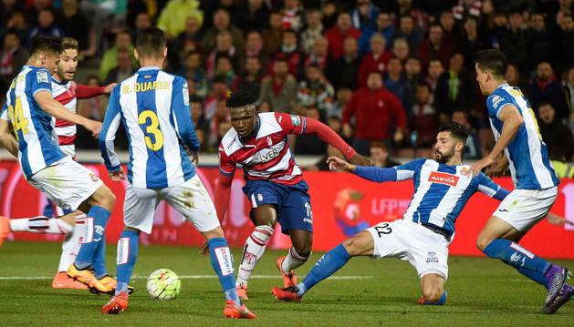 El defensa del Espanyol Álvaro González y el delantero nigeriano del Espanyol Isaac Success.