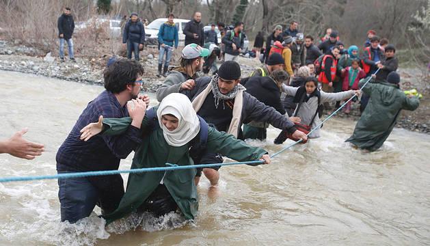 Inmigrantes en la frontera entre Grecia y Macedonia en Idomeni.