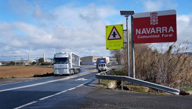 La señal (a la dcha.) que avisará a los conductores cuando vaya a salir un vehículo desde el cruce de Castejón.