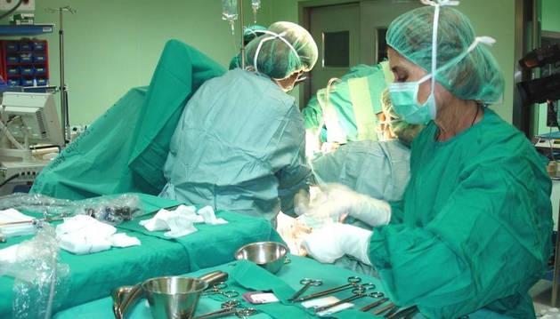 Médicos y enfermeras durante una intervención quirúrgica.