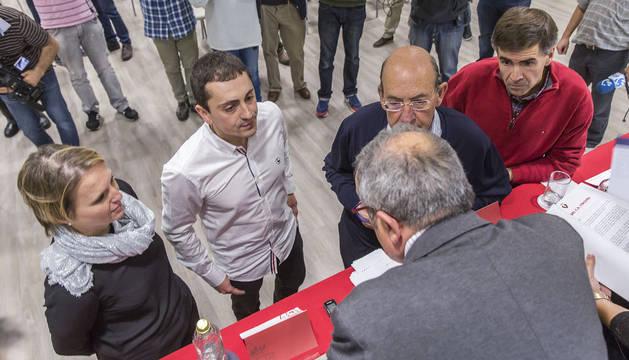 Luis Sabalza, junto a la Comisión Económica en la última asamblea.