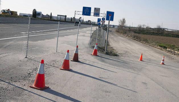 Imagen del enlace entre la A-68 y el camino del Instituto, cerrado ayer.