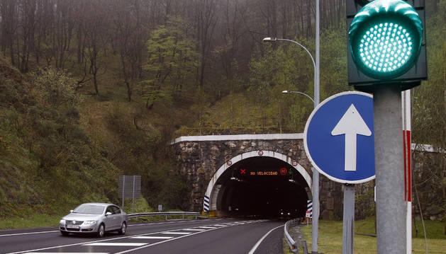 Un turismo abandona una de las bocas del túnel de Almandoz.