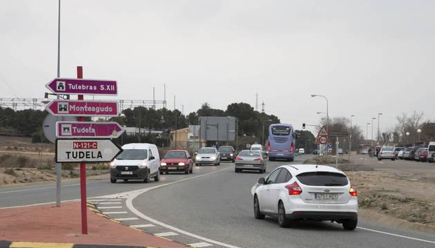 Mucho tráfico en la rotonda entre la carretera Tarazona y la A-68.