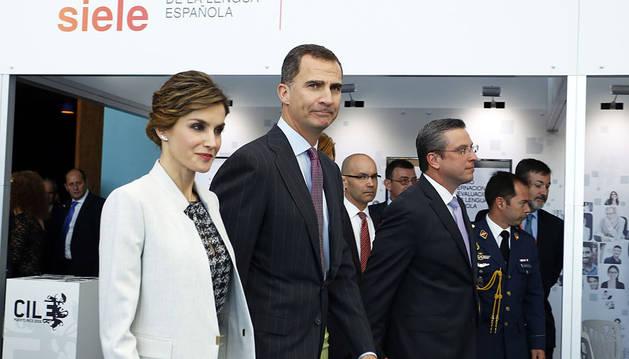 Felipe VI junto a la reina Letizia y el gobernador de Puerto Rico, Alejandro García Padilla.