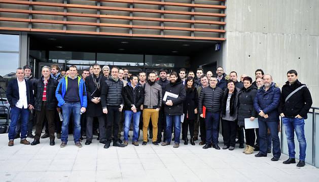 Los representantes de los 21 municipios convocados en Tafalla posan en una fotografía de familia minutos antes de la reunión.