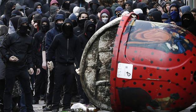 Enfrentamientos al término de una manifestación de estudiantes que se ha celebrado en Pamplona en el marco de una jornada de protestas convocada por la organización Ikasle Abertzaleak.