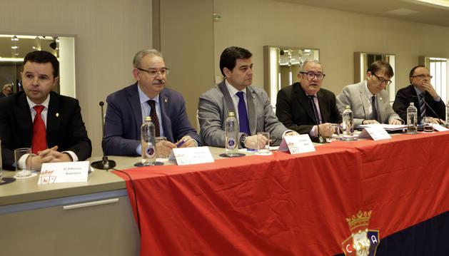 De izquierda a derecha, los directivos AlfonsoRamírez, FidelMedrano,Pedro Baile; el presidente, Luis Sabalza,el directivo Txuma Iso y el gerente, ÁngelArdanaz.