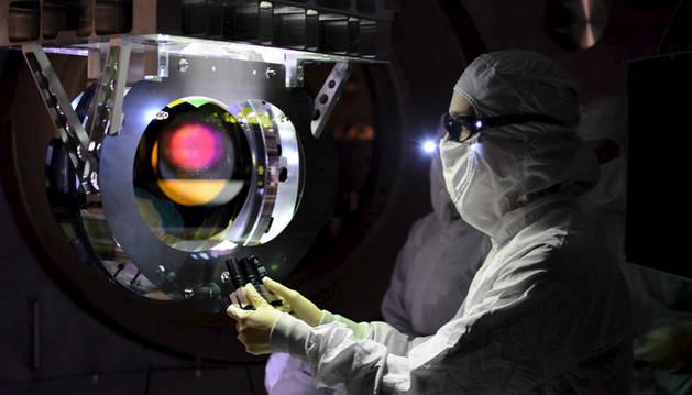 Un científico trabajando en un observatorio.