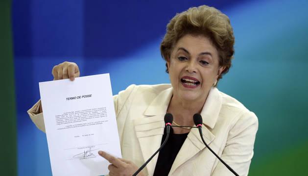 Dilma Roussef enseña el decreto de posesión de su antecesor Luiz Inácio Lula da Silva.