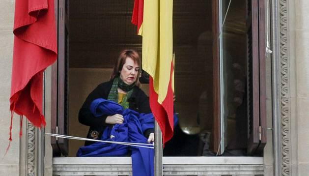 El Parlamento retira la bandera de la UE en señal de protesta