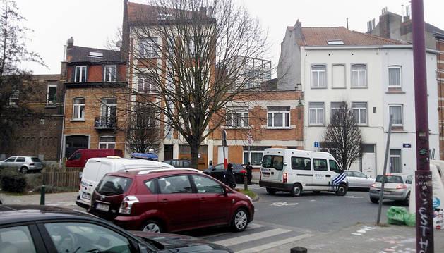 Policías belgas hacen guardia durante la operación policial en el barrio de Molenbeek en Bruselas.