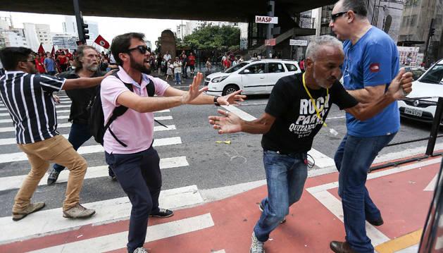 Policía desaloja manifestantes en Sao Paulo y tensión crece en Brasil