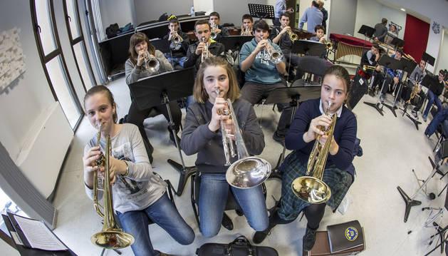 Alumnos de trompeta en la master class que ofreció ayer Luis González en la sede de La Pamplonesa.