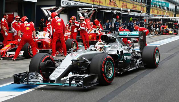 Hamilton pasa por boxes.