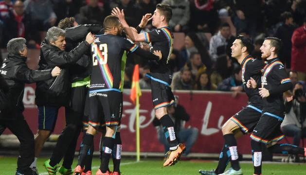 Los jugadores del Rayo celebran con euforia el 2-2.