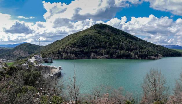 Vista general del embalse de Alloz, que abastece a buena parte de Tierra Estella, y con el agua alcanzando ya casi la parte superior de la presa. Está al 86% de su capacidad.
