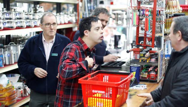 Iñaki Gil Ramírez atendiendo a un cliente en la Ferretería Irigaray.