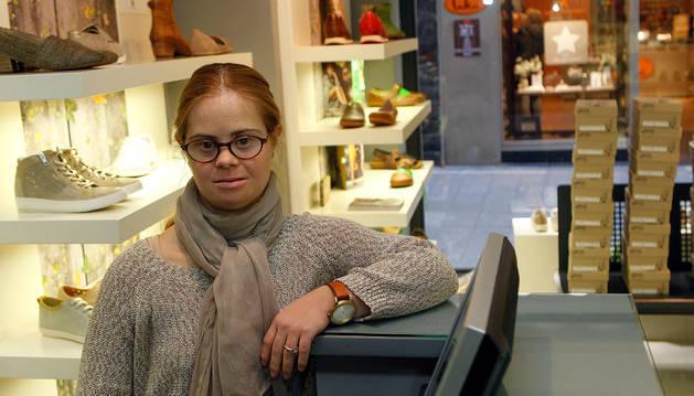 María Erausquin Moreno, en la Zapatería Ayestarán.