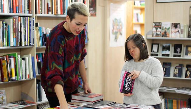 Nerea Madariaga Rodríguez (i) y Arantxa Bandrés Ardanaz, en Librería Auzolan.