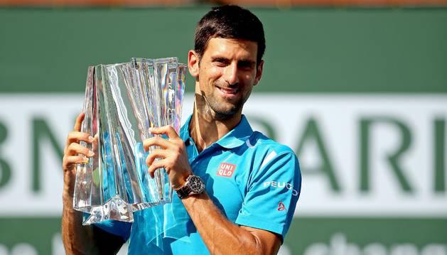 Djokovic, con su trofeo de Indian Wells.