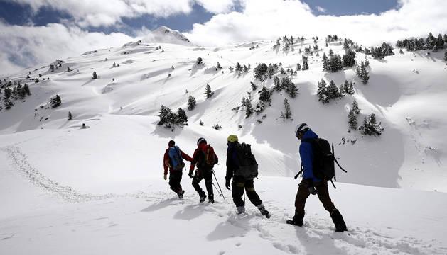 Un grupo de montañeros se adentran en el Pirineo hacia el pico Arlás (2043 m), en el primer día de la primavera en Navarra.