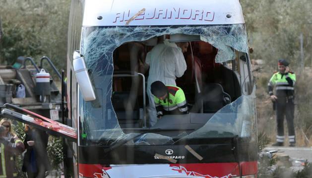 Agentes de los Mossos d'Esquadra en el interior del autocar accidentado.