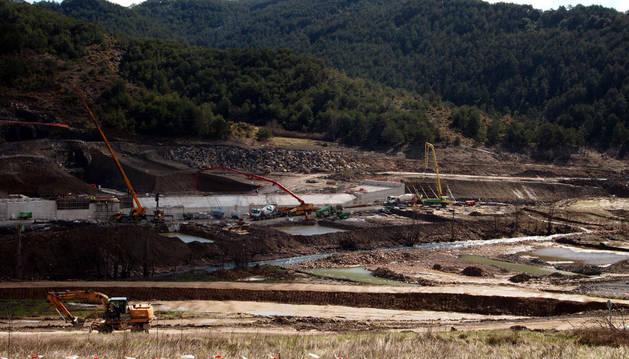 Obras de construcción del dique de cola de Itoiz en Nagore.