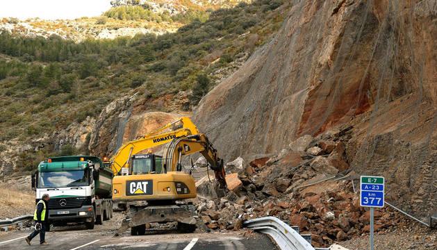 Obras para despejar de rocas el tramo en la autovia A-23 entre Nueno y Arguis.