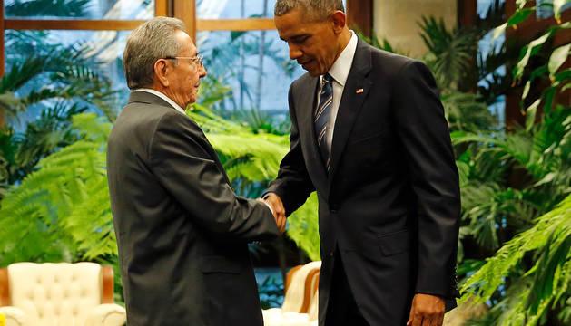 Raúl Castro y Obama se saludan en el Palacio de la Revolución.