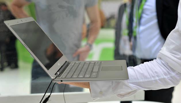 Una persona observa un ordenador.