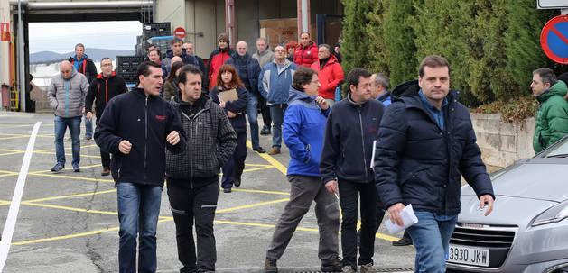 Salida de trabajadores de ZF-TRW tras una asamblea con el comité.