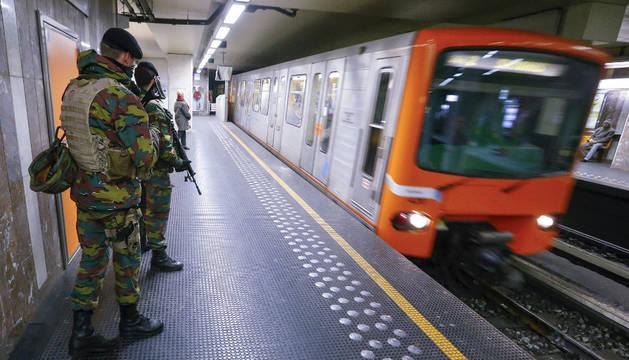 Soldados belgas en una estación de metro en Bélgica.