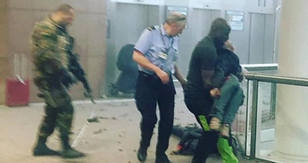 Varios heridos, instantes después de la explosión.