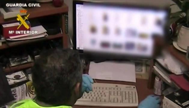 Un agente con el material informático incautado en una de las dos operaciones contra la pornografía infantil en internet.