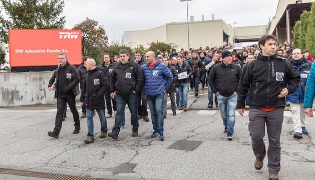 Trabajadores de TRW, a la salida de la fábrica.