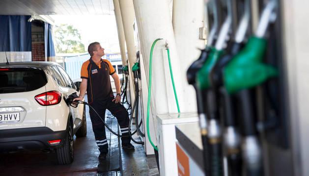 Llenar el depósito con gasóleo cuesta 8,47 euros menos que en la Semana Santa de 2015