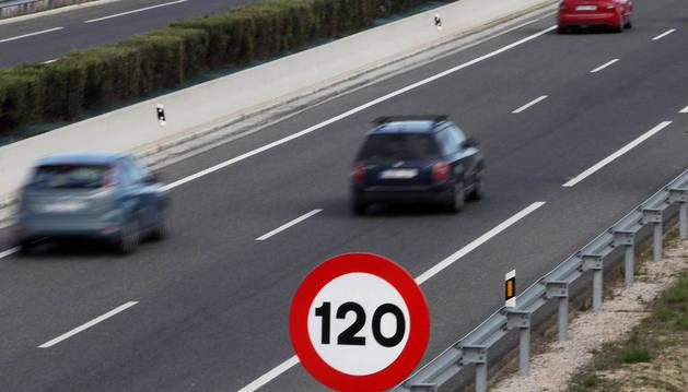 Señal de 120 Km/h en la Autovía del Pirineo.