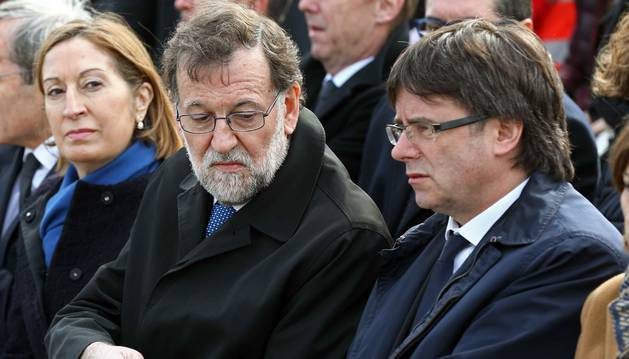 Mariano Rajoy y Carles Puigdemont, en el homenaje a las víctimas de Germanwings.
